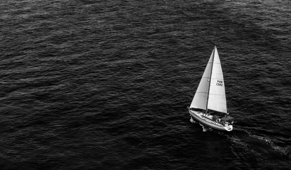 Loď před bouří